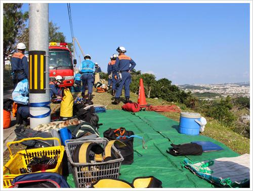 山岳資機材を活用した救助訓練の様子